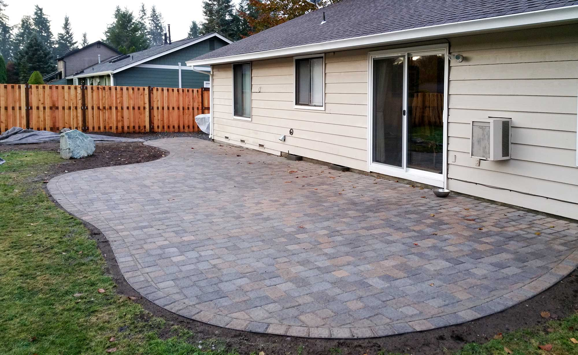 Jamestown Blend Paver Patio With Good Neighbor Fence,